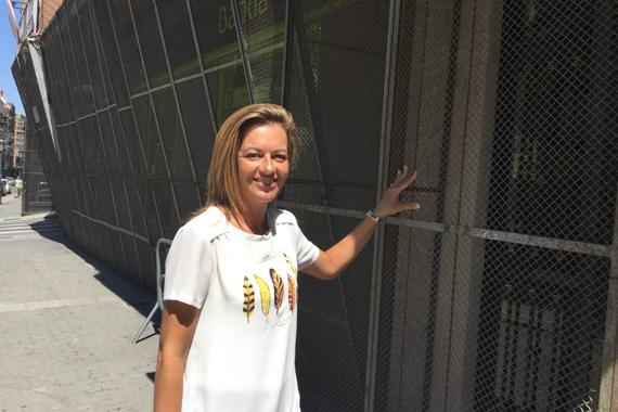 La alcaldesa en funciones, Nuria Campos, comprobando la fijación del enrejado